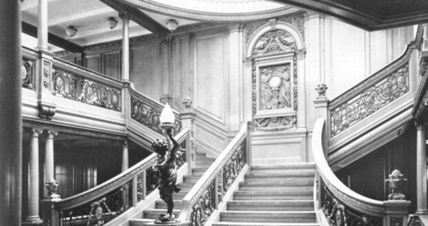 Původní majestátní dřevěné schodiště na palubě Titanicu bylo určené jen pro nejbohatší pasažéry.