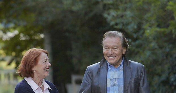 Karel Gott ve filmu Decibely lásky zpívá duet s Ivou Janžurovou.