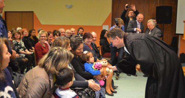 Dárky i svaté přijímání. Uprchlíci byli s Čechy ze Smilovic poprvé v kostele