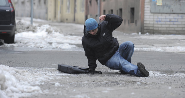 Na severu Čech a Moravě je očekáváno sněžení, může se tvořit náledí
