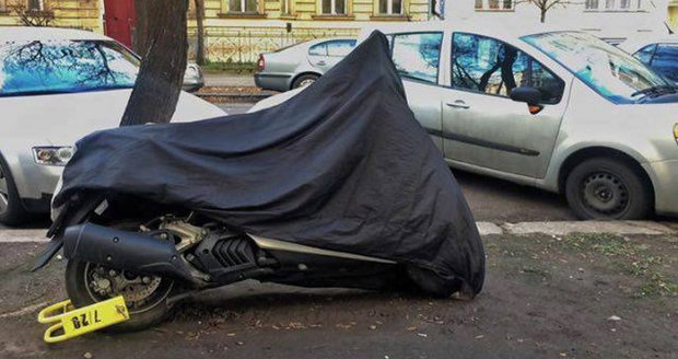 "Skútry a motorky teď dostávají v Praze častěji ""botičky""."