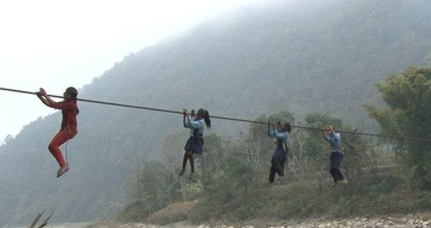 Nebezpečná lanovka v Nepálu už si vyžádala životy několika lidí.