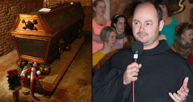 Otec Robinek je pochován v klášterní hrobce.