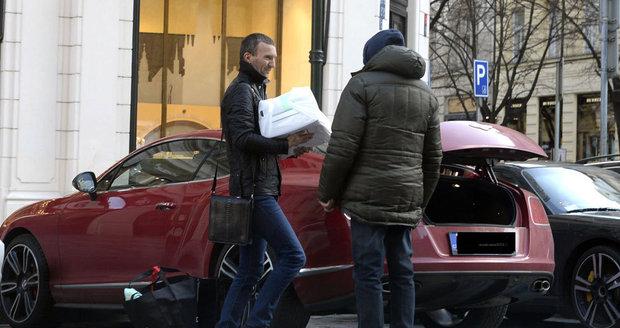 Když se potká zřejmě nejlépe placený zaměstnanec s bezdomovcem... Pane Pitr, dáte litr?