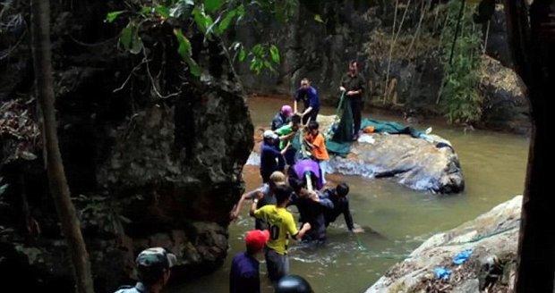 Ve Vietnamu zemřeli při prohlídce vodopádů tři mladí turisté z Velké Británie.