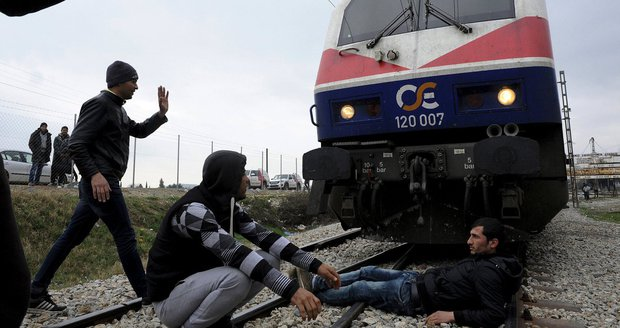 Migrantům došla trpělivost: Vlastními těly blokují vlaky na prahu Evropy