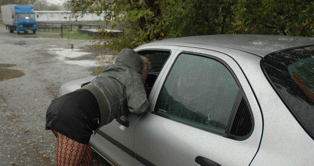 Vyženou reflexní pásky prostitutky? Starostové se těší, policie radost mírní
