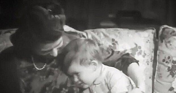 Alžběta si hraje se svým ročním synem Charlesem.