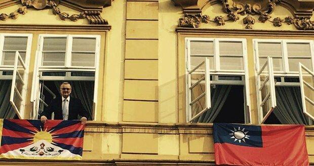 Poslanci uctili mrtvé mnichy: Kalousek pózoval v okně s vlajkou Tibetu