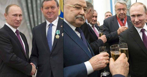 Český komunista si připil šampaňským v Kremlu. Putin ho osobně vyznamenal