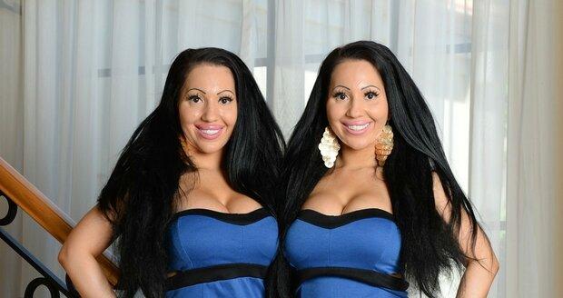 Dvojčata se i stejně oblékají.
