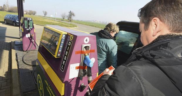 Inspektoři zakázali prodej nafty za čtvrt milionu. Z pumpy u Prahy musela pryč