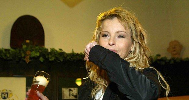Iveta Bartošová s pivem v ruce