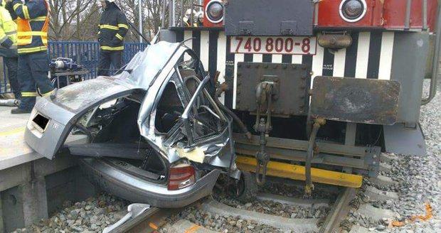 Opilý strojvedoucí na přejezdu smetl osobák a zabil dva lidi: Po nehodě svačil, aby rychleji střízlivěl