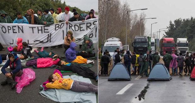 Zoufalství uprchlíků: Před náklaďáky postavili děti i stany, blokují dálnici