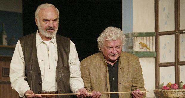 Zdeněk Svěrák ukazuje Cimrmanovu učitelskou hůlku...
