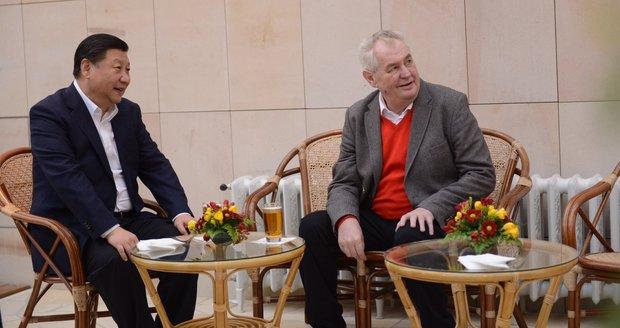 Sklenice piva a sázení stromu: V Lánech vítali čínského prezidenta