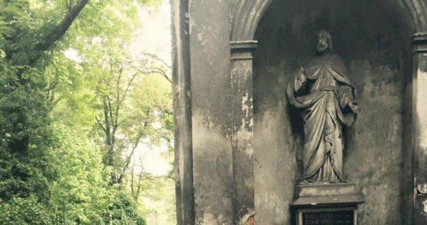 Natáčení snímku Athropoid: Čekání na další záběry si Aňa krátila vysedáváním na hrobech.