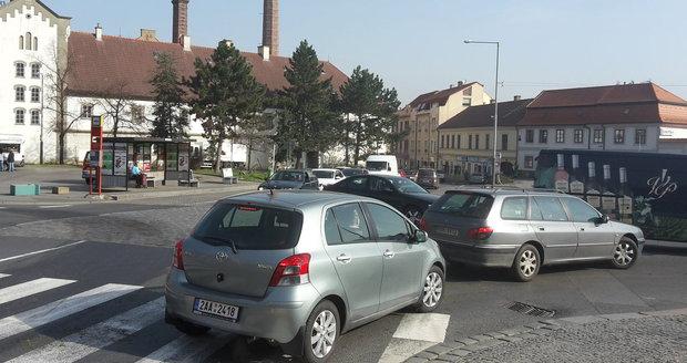 """Víkendový hudební festival dechové hudby """"Vejvodova Zbraslav"""" uzavřel jeden z hlavních příjezdů na Zbraslavské náměstí."""