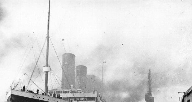Titanic v přístavu v Belfastu.