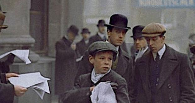 Britský chlapec prodává zvláštní vydání věnované zkáze Titanicu.