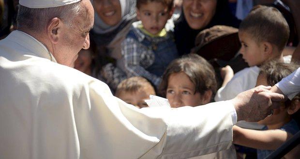 Hysterický pláč i slzy dojetí: Uprchlíci poklekli před papežem, chtěli požehnat