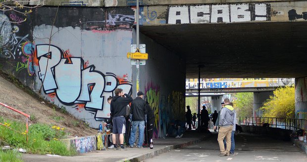 Sprejeři v Praze po sobě u legálních ploch zanechávají nepořádek (ilustrační foto).