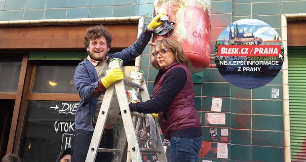 Z Café V lese dobrovolníci smazali výhružky a neonacistické symboly: Ruku k dílu přiložila i primátorka