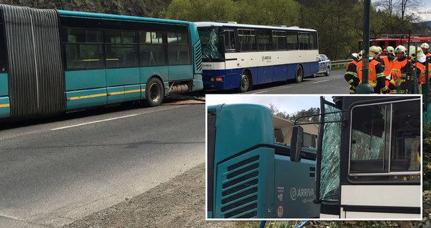 Nehoda dvou autobusů v Davli: Jedenáct lidí se zranilo, většina skončila v nemocnici