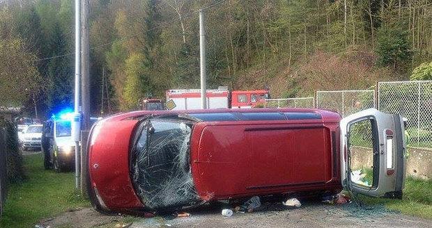 Řidič za jízdy zkolaboval a převrátil auto na střechu: Uvnitř ho našli mrtvého