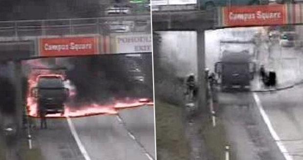 Peklo na D1: Od nafty hořícího kamionu chytl i kus dálnice