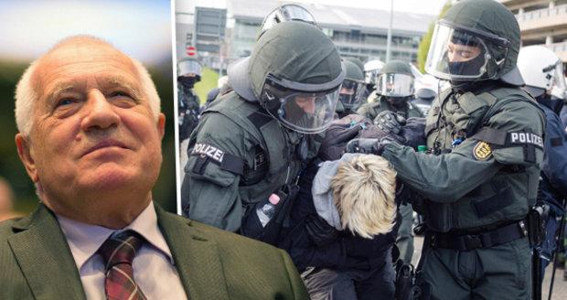 Klausovi bouřlivě tleskali odpůrci Merkelové. A policie tvrdě zkrotila aktivisty