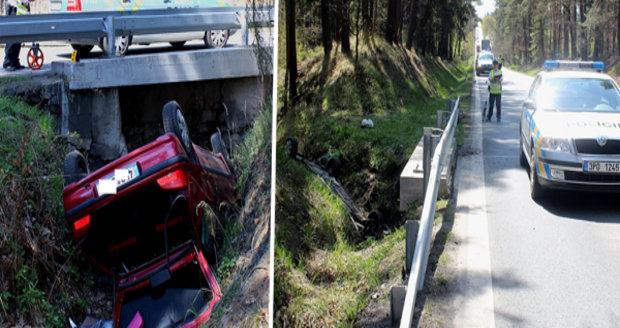 Řidič na Plzeňsku skončil na střeše v odvodňovacím kanále: Celá posádka je v nemocnici