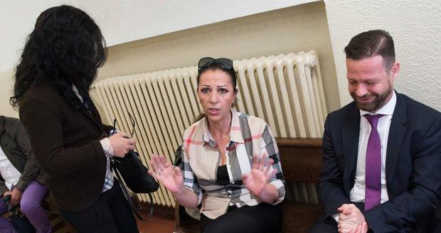 Nora Mojsejová u soudu se svým právníkem a mužem s dlouhými vlasy