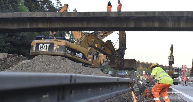 Na dálnici D1 proběhla demolice mostu u Mirošovic (ilustrační foto).
