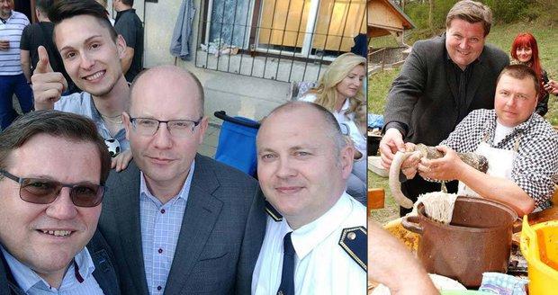 Jitrnice, slivovice, kampaň: Sobotka cvakal selfie s Haškem, Škromach s prejtem