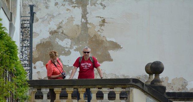 Oprýskané zdi v zahradách pod Pražským hradem: Památkáři shání 45 milionů na opravu