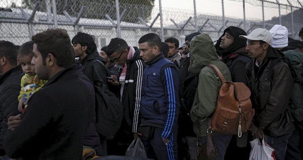 Při bitce migrantů s policisty na řeckém ostrově bylo zraněno 11 lidí, mezi nimi děti