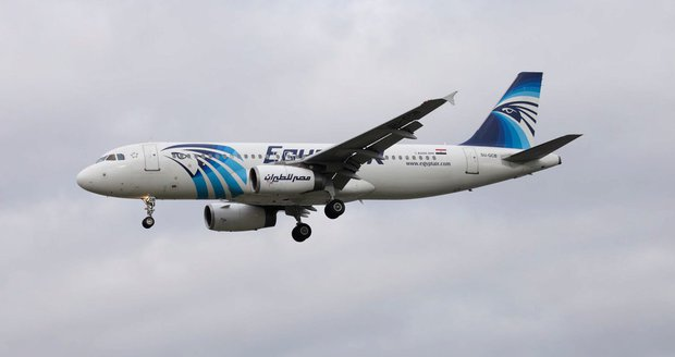 Za květnový pád letadla Egyptair může výbušnina. Zemřelo všech 66 lidí na palubě