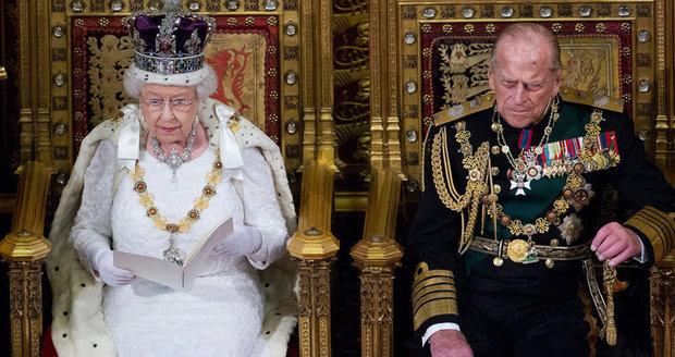 Královna Alžběta ve válce s extremismem: Británie má strach o svobodu slova