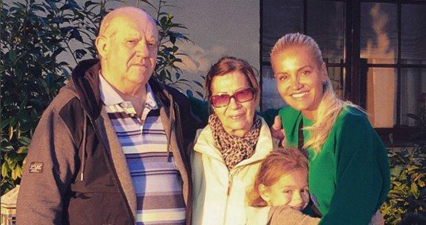Dara Rolins s rodiči a dcerou
