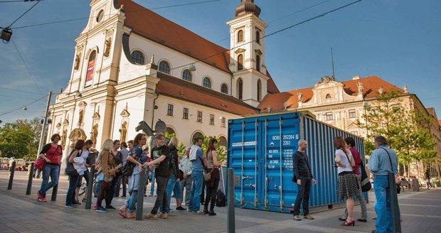 Bez vzduchu a ve tmě jako uprchlíci: V Brně zavírají lidi do kontejneru