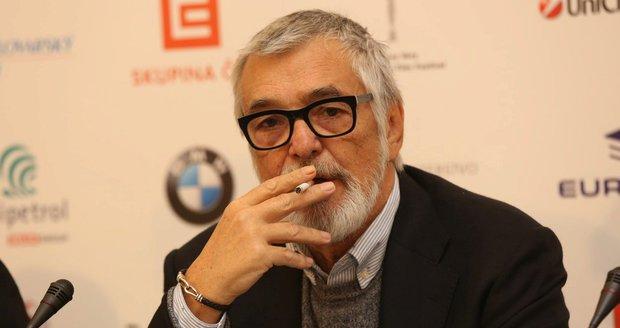 Jiří Bartoška s cigaretou