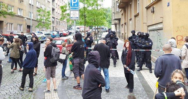 Policisté zasahují v centru Klinika.