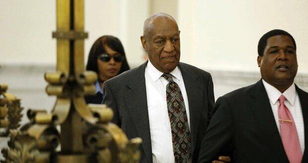 Billa Cosbyho museli k soudu odvést.