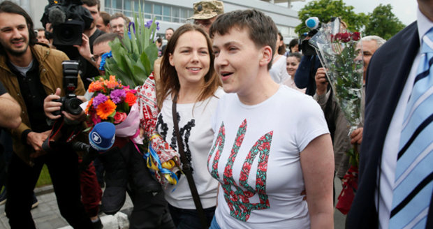 Nadija Savčenková je volná: Rusko a Ukrajina si vyměnily vězně
