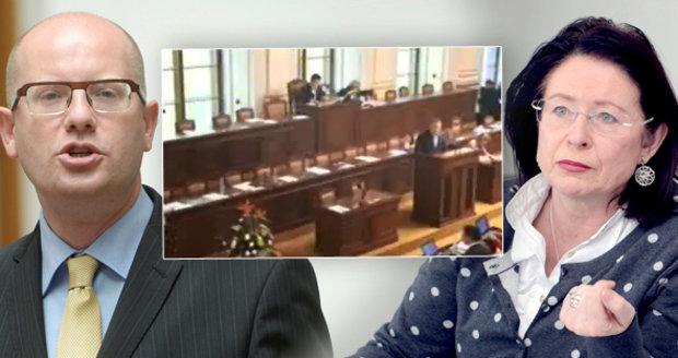 """Sobotkovo kázání nepomohlo, ministři opět nepřišli. """"Zbabělci,"""" bouří Němcová"""