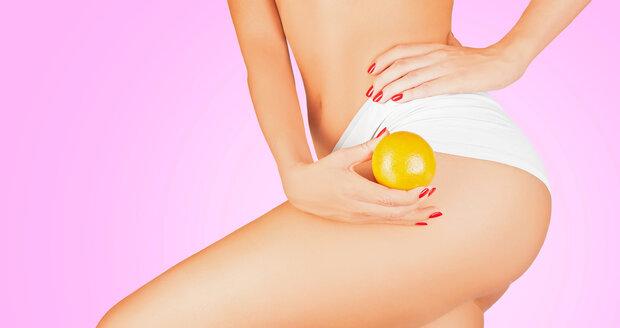 Pomerančové kůže se můžete do jisté míry zbavit třeba kávovým peelingem