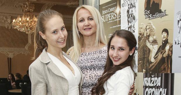 Natálie Grossová s maminkou Šárkou a sestrou Denisou