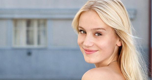 Anna Kadeřávková hraje v seriálu Ulice Rozinu.